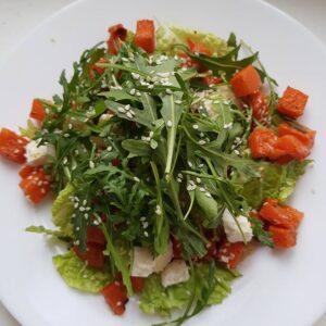 Салат из запеченной пряной тыквы с сыром и руколой