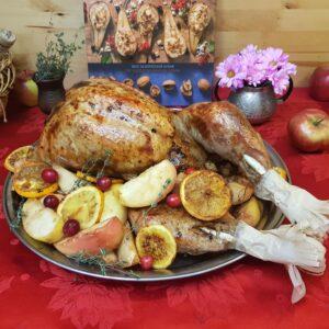 Индейка, фаршированная яблоками, апельсинами и сухофруктами